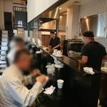 煮干し中華そば のじじR - 平日ランチタイム。顧客年齢層、比較的高い。