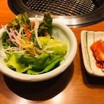 じゅうじゅう亭 - サラダとキムチ