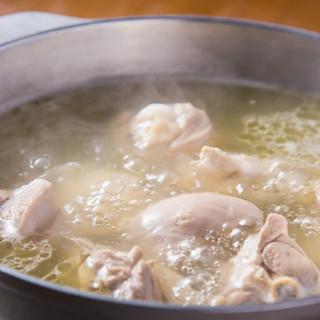 鶏の旨味が溶け出したスープは絶品!〆まで楽しめる博多水炊き