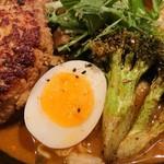 スープカリー 奥芝商店  - 豚バーグ、半熟卵、ブロッコリー@