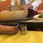 ベッロカンパーニャ - シーザーサラダのチーズは、目の前で削ってくれます