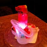 セルブロック - シンデレラのハイヒールが氷で作ってあります。スイカのノンアルコールカクテル