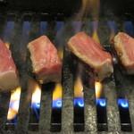 肉料理 阿蘇 - ガス火です、サイコロ焼いてます