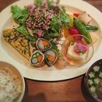 109165181 - 日替わりのランチはお野菜たっぷりのヘルシーなプレートに、ごはんとお味噌汁が付いて1,250 yen(税抜)