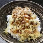 109173586 - 半熟卵の天ぷら、天かす、濃厚なタレのかかったご飯