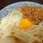 田田 - デフォでは、卵黄、粉チーズ、フライドオニオンが載っている。