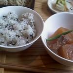 10918144 - 定食の紫蘇ご飯と小鉢