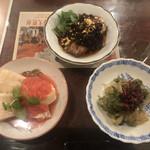 109185407 - 前菜(上)牛タンのよだれソース                       (右)くらげのアオサ和え                       (左)蒸し鶏の紅芯大根とフルーツトマトのソース