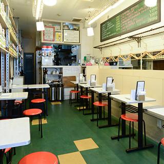 昭和の食堂を思わせるレトロな雰囲気。居心地の良さが自慢です