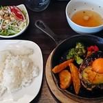 お肉と私の酒場 ハセガワ - アボたまバーグ800円込