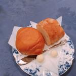 レストランカントリー - ロールパンとバゲット  バターの形がまんまる