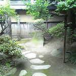 10921975 - 明治天皇が滞在されたお部屋から見える本庭。