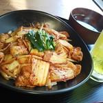 豚キムチ丼  汁物付き ご飯大盛り無料