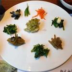 酒の宿 玉城屋 - 平皿に盛られた山菜類