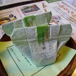 酒の宿 玉城屋 - 客室の冷蔵庫に用意された茶菓子