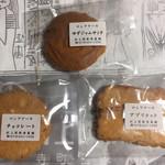 村上開新堂 - クッキー缶は予約しないと買えませんがロシアケーキはその場です購入可能です!