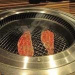 近江牛専門店 万葉 まえだ亭 - 焼いてます