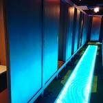 完全個室居酒屋 星夜の宴 - 通路は青や白に色が変化