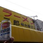 ラーメン二郎 - 待ってる間に乾杯!