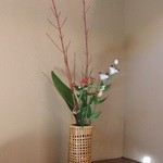 季節のお料理 辻むら - 個室には生花が活けられて…