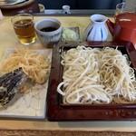 かめや - 本日の当初配膳品の「合もり」「天ぷら」「麺汁」「蕎麦湯」完全手打ちの「蕎麦」と「うどん」を朝5時から仕込んでいるのだと言う『かめや』。丁寧に一生懸命打った品を、相当リーズナブルな価格で提供してくれるのだ。