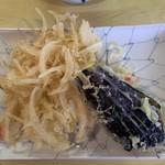 かめや - 「天ぷら」〔玉ネギ、茄子〕上から。野菜の素の味わいをしっかりと生かす丁寧な仕上がりの「天ぷら」が、1つ たったの 100円(税別)だと言うのだから必食だろう。