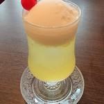 喫茶 宝石箱 - クリームソーダ トパーズ(パイン味)