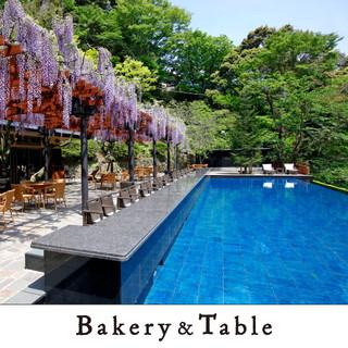 ベーカリー&テーブル 東府や - 外観写真:【Bakery&Table】「足湯カウンター席」、「水盤テラス」