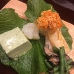 味享 - 左手から、ヨモギ豆腐、赤いか、笹鰈の炙りの半生バチコ乗せ、細めの隠元の海苔佃煮和え。どれも完璧
