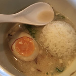 鶏白湯 蔭山 - 鶏白湯麺塩ソバにプチごはんを投入(食べかけスミマセン)