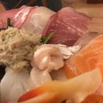神東寿司 - 一つ一つ大きい切り身
