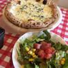 オステリア白樺 - 料理写真:4種のチーズピザ とランチのサラダ