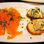 Bevitore - タパス2種盛り「スモークサーモンマリネ&クリームチーズのブルスゲッタ」