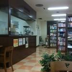 萩原珈琲 - 本棚とサービスカウンター