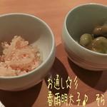 酒蔵 - お酒はSHUKURAの飲み比べ(京都&滋賀の酒3種/1800円)♪ お通しは春雨明太子、木の芽和え、そら豆でどれも美味しい!