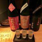 酒蔵 - SHUKURAの飲み比べ(京都&滋賀の酒3種/1800円)は萩の露(純米吟醸 生 山田穂)と初桜(特別純米 生原酒 玉栄)と七本鎗(純米大吟醸 渡船六号)、香りが良かったり飲みやすかったりどれも美味♪