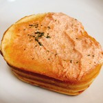 シャトードール - 明太子チーズ。端の方の明太子バターがビニール袋にくっ付いて、半分くらい取れてしまいました(๑•́ ₃ •̀๑)
