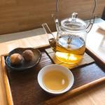 109349747 - 焙煎大和茶(温)。サービスで鈴カステラが付いて来ます。