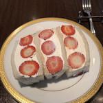 109350259 - なつおとめ苺サンド(3切れ)♪