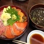 お食事処 たねいち - サーモンねぎとろウニ丼に、海苔味噌汁100円プラス