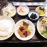 しげみ食堂 - ご飯と豚汁(中)のセット(オカズは魚フライ、酢蓮根、黒豆)