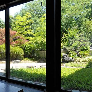 風情を感じる庭を眺めながら、大切なお仲間と心に残るひとときを