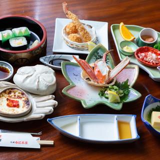 お寿司を始めとした逸品料理を豊富にご用意。豪華なかに会席も◎