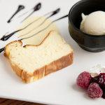 ワールドブックカフェ - 北海道産生クリームを100%使用した自家製ベイクドチーズケーキ