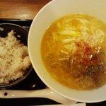 ちゃぶ屋 とんこつ らぁ麺 - 白湯スープとんこつラーメン(カニ油が絶品!)、梅ごはん付き