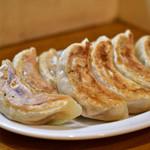 KITCHEN TACHIKICHI - 【晩酌セット@890円】立吉餃子 5個(焼):写真は2人前。2人で同じ餃子をオーダーした例。