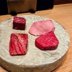 109415901 - 最初のお肉は、右がタンモト、ランプ、左がハラミ横隔膜、サーロイン