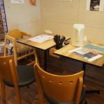 麺屋 銀次郎 - 店内(テーブル席)
