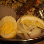 DIAMOND BIRYANI - 茹で玉子、オニオンスライス