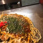 鉄板焼屋 田吾 - 肉玉そば セミダブル  かなりパリパリ